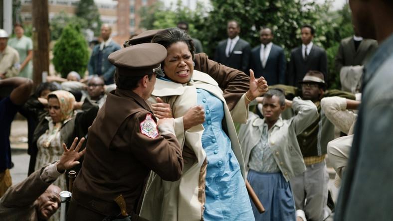 """Centralnym bohaterem filmu jest oczywiście sam doktor King, ale reżyserka Ava DuVernay z dużym wyczuciem portretuje postaci z bliższego i dalszego otoczenia pastora, towarzyszące mu w procesie przełamywania społecznych i obyczajowych tabu związanych z rasą i poglądami. Akcja """"Selmy"""" rozgrywa się w połowie lat 60., po zabójstwie prezydenta Kennedy'ego. Jego następca, Lyndon B. Johnson, był odpowiedzialny za wiele ważnych reform oraz walkę z dyskryminacją rasową, niemniej jego idee znajdowały wyraźny opór na amerykańskiej prowincji, zwłaszcza na Południu, co doprowadziło między innymi do zabójstwa samego Martina Luthera Kinga w 1969 roku"""