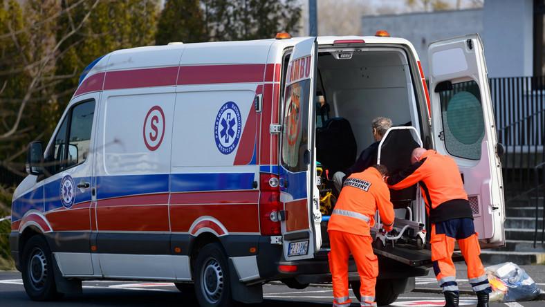 Karetka pogotowia przed szpitalem w Poznaniu