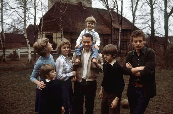 Sa roditeljima, braćom i sestrama 1976. godine
