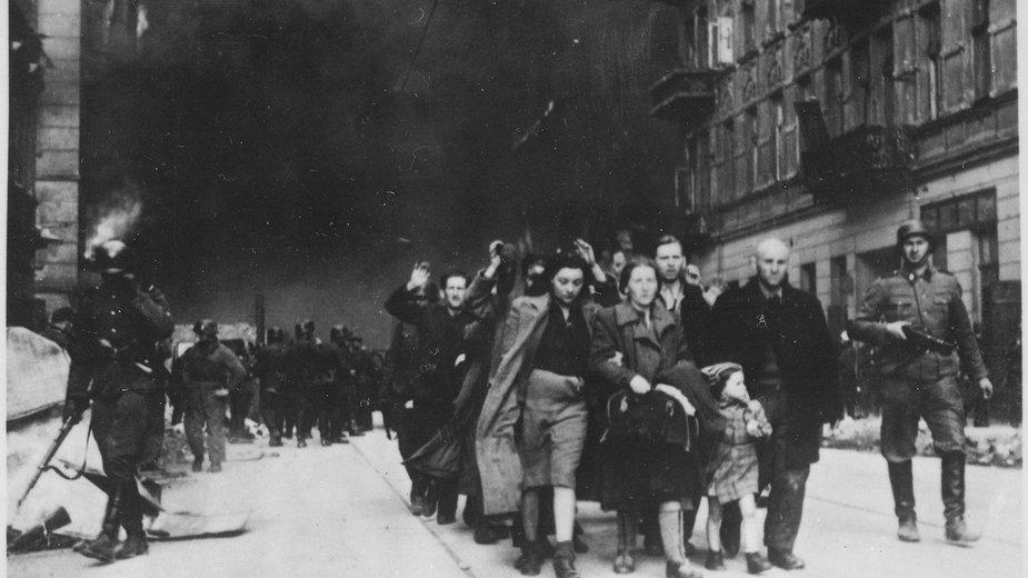 Powstanie w getcie warszawskim. Cywile schwytani przez niemieckich żołnierzy.