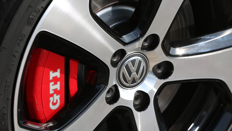 Przypominamy, że pierwszy golf GTI pojawił się w 1976 roku. Wtedy raczej nikt nie sądził, że 37 lat później model ten będzie miał rzeszę fanów a silniki osiągną moc ponad 200 KM. Do dziś wyprodukowanych zostało około dwóch milionów egzemplarzy (bez Chin). Przez niemal cztery dekady istnienia trzy literki GTI stały synonimem szybkich aut Volkswagena - sprawiły, że gorący kompakt VW określany jest mianem kultowego. Można powiedzieć, że funkcjonuje jako niezależna marka. Teraz niemiecki koncern opublikował polskie ceny nowego wcielenia golfa GTI. Co dostaniesz za złotówki?
