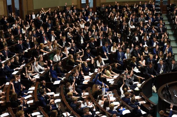 Informacje na temat organizacji alternatywnego posiedzenia młodzieżowego Sejmu na terenie UW jako pierwsze podało radio RMF FM.