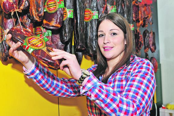 Najukusnija svinjska pršuta je od leđanice, duga pola metra i teška dva, dva i po kilograma, a od svinje teške 100-120 kila