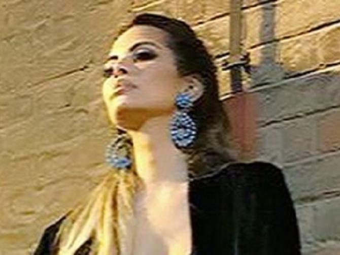 Ogrnula je kućnu haljinu i u provod izašla BEZ VEŠA: Samo parče crne mrežice delilo je od POTPUNOG SKANDALA
