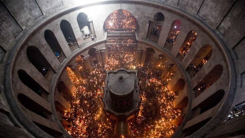 """Liturgia """"świętego ognia"""" była praktykowana także w kościele katolickim do XIII wieku. Uroczystość transmitowana jest na żywo w wielu państwach, gdzie większość stanowią wyznawcy prawosławia. Lampki oliwne zapalone od patriarszych świec, są zaś dostarczane samolotami na Wigilię Paschalną sprawowaną w cerkwiach m.in. w Rosji, Grecji i Polsce"""