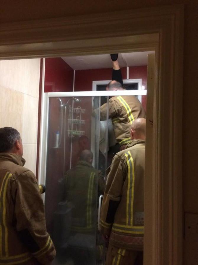 Vatrogasci su morali da razbiju prozor