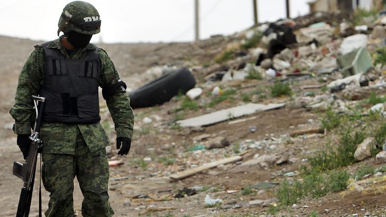 Członek sił rządowych na miejscu zbrodni w Juarez w Meksyku, fot. Getty Images/FPM