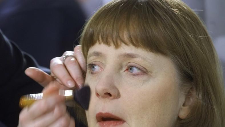 """W Niemczech mówi się już o politycznej erze Angeli Merkel . Rządzi okrajem od dziewięciu lat. Od 14 stoi na czele chadeckiej partii CDU. Ale historia Merkel to przykład niezwykłej politycznej kariery, o której ona sama nie lubi rozmawiać. Podobnie jak o swoim życiu prywatnym i rodzinie. O jej mężu mówi się nawet, że """"niewidoczny jak molekuła"""" (jest chemikiem kwantowym). To, co o niej wiadomo ujawnia ona sama – zawsze przed wyborami – by ocieplić swój wizerunek. Lubi więc u mężczyzn piękne oczy, wędrówki piesze i pracę w ogródku. Z owoców najbardziej ceni truskawki, z ciast - placek ze śliwkami, a z dań - pieczoną kaczkę, pstrąga, sznycle i kartoflankę. Sama przepada za gotowaniem. Gdy stoję przy kuchni, przestaję być kanclerzem - mówiła jakiś czas temu. Jest też wielką fanką telefonów komórkowych i to na tyle, że lubi komunikować się ze swymi ministrami i kolegami wysyłając im SMS. Nie przepada z kolei za psami – od kiedy jeden ugryzł ją w dzieciństwie panicznie się ich boi."""