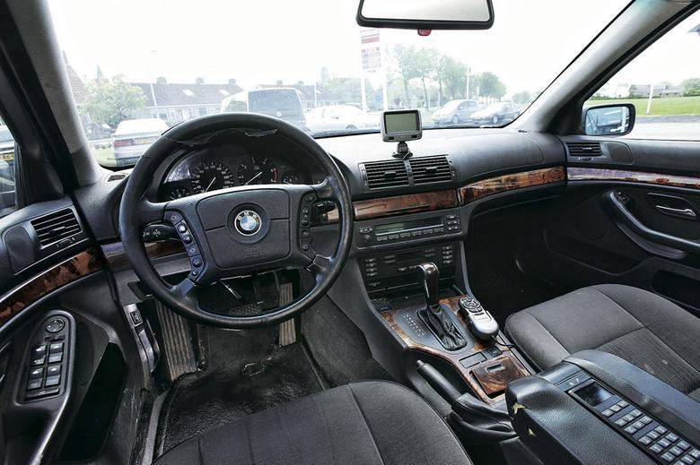 Projekt wnętrza BMW serii 5 (E39) nawet dziś robi niezłe wrażenie. Nieco gorzej wypada trwałość  wykończenia