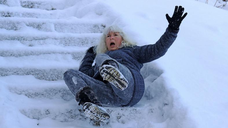Kobieta upadła na śliskich schodach, wypadek zimą