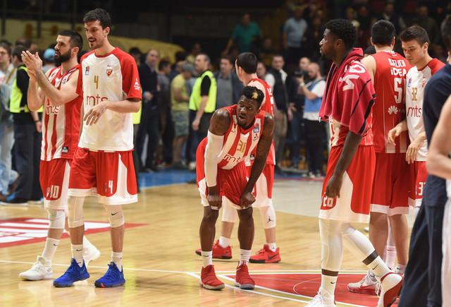 Lazić, levo, sa saigračima kreće ka navijačima posle poraza na startu ABA finala