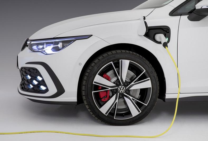 Volkswagen Golf GTE, czyli hybryda typu plug-in,daje więcej możliwości: nawet jeśli nie naładujemy go z gniazdka, można akumulator trakcyjny naładować podczas jazdy, a potem dłuższy dystans sprawnie przejechać na prądzie
