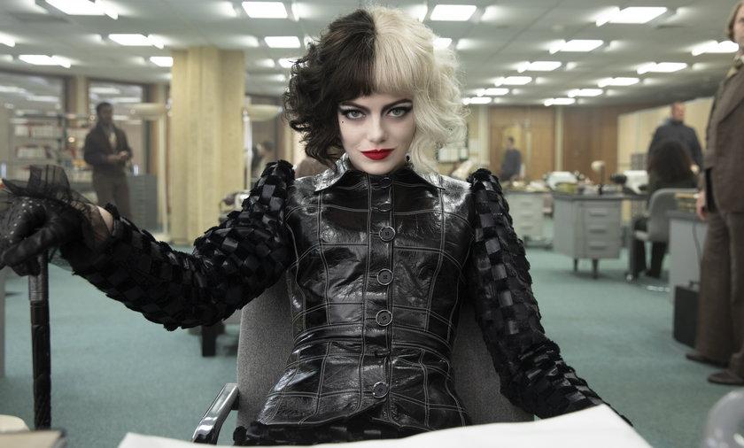 """Emma Stone w filmie """"Cruella""""."""