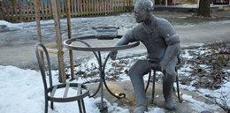 """Zniszczył """"dla zabawy"""" pomnik Jana Himilsbacha. Za szkody zapłacą rodzice?"""