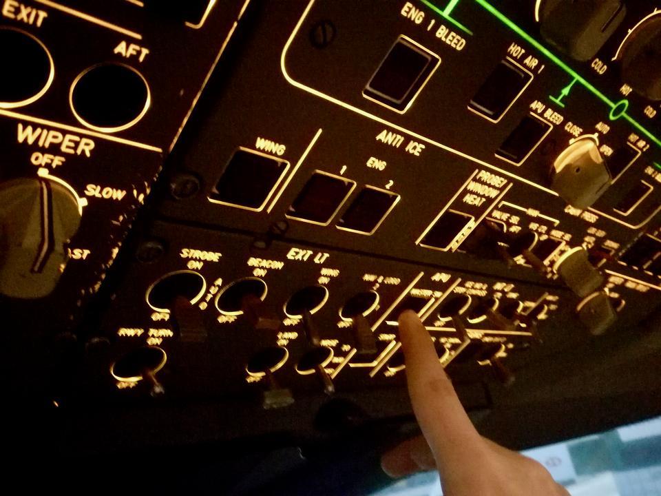Gdy parkujemy przy terminalu, kapitan Ross włącza hamulce, wyłącza poszczególne systemy. Ja wyłączam oba silniki i włączam APU - to mały, trzeci silnik, pod ogonem A330, który pozwala m.in. na działanie klimatyzacji, elektryki podczas postoju na płycie przy wyłączonych silnikach.