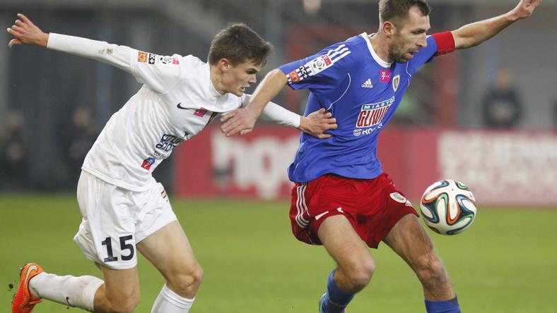 W pojedynku o piłkę Adrian Kleczyński (P) z miejscowego Piasta i Hubert Martynia (L) z Pogoni Szczecin w meczu T-Mobile Ekstraklasy