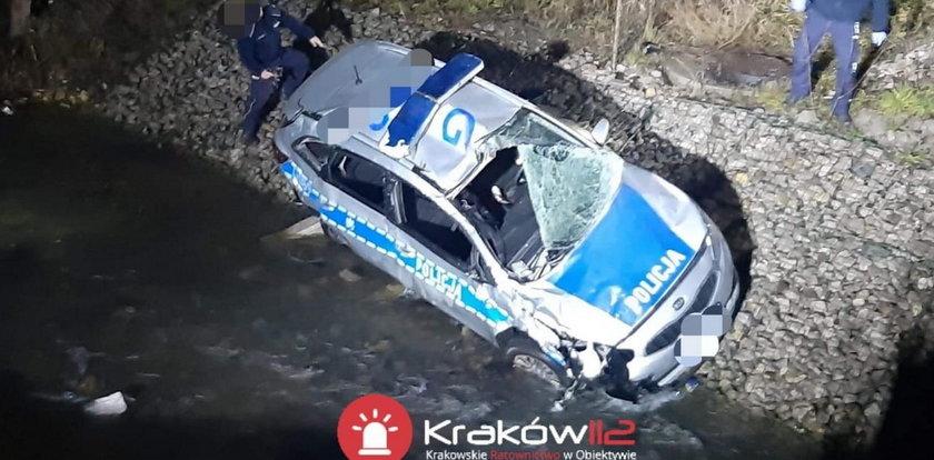 Policjanci jechali na interwencję. Radiowóz spadł z mostu
