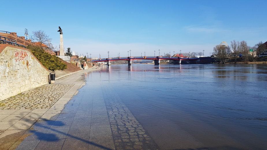 Woda zalewa dolny taras bulwaru w Gorzowie