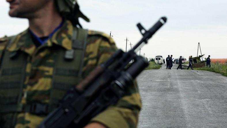 Uzbrojony separatysta broni dostępu do miejsca katastrofy samolotu pasażerskiego MH17