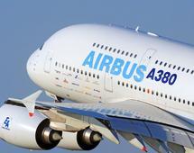 Flagowymi samolotami Airbusa są dwupokładowy A380 - największy samolot pasażerski świata - i A350, który ma być rywalem dla Boeinga 787 Dreamliner