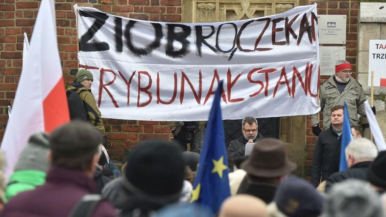 """Opozycjoniści mieli ze sobą flagi narodowe, flagi Unii Europejskiej, KOD-u i Nowoczesnej. Na transparentach widniały napisy: """"Ziobro czeka Trybunał Stanu"""", """"Obrońmy niezawisłość sądów"""", """"KOD przyjmie Jarka"""". W Krakowie odczytano tekst przemówienia I prezes Sądu Najwyższego Małgorzaty Gersdorf, wygłoszonego pod koniec stycznia na zebraniu przedstawicieli sędziów. Gersdorf wyraziła wówczas zaniepokojenie sytuacją polskiego sądownictwa i proponowanymi zmianami. Wezwała także sędziów do obrony godności swojego urzędu nawet za cenę odpowiedzialności dyscyplinarnej i wydalenia z zawodu."""
