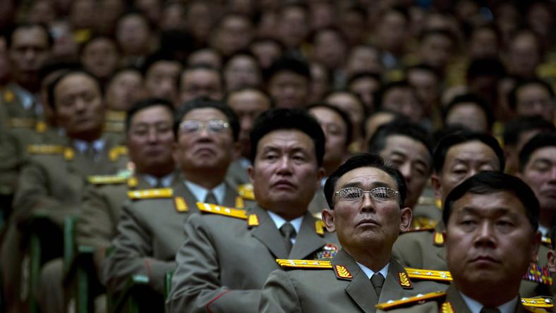 Partyjni oficjele i wysokiej rangi oficerowie armii północnokoreańskiej na zjeździe w pierwszą rocznicę śmierci dyktatora