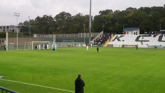 Savo Milošević posmatra prvi korner svoje ekipe na meču Čukarički - Partizan
