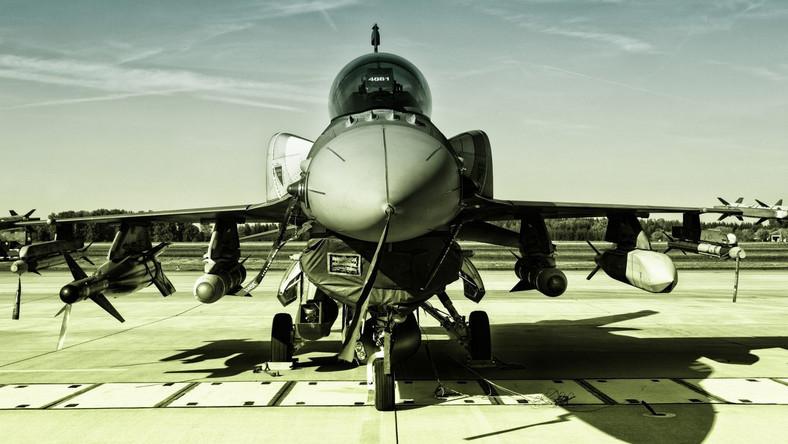"""Ministerstwo Obrony potwierdziło, że obecnie analizuje zakup używanych samolotów wielozadaniowych F – 16 (o sprawie jako pierwszy napisał Dziennik Gazeta Prawna). Obecnie Wojsko Polskie posiada 48 sztuk """"polskich jastrzębi"""". Kolejne maszyny miałyby pochodzić z zapasów armii amerykańskiej, która tego sprzętu już nie używa. Innym rozwiązaniem może być także zakup """"efów"""" od państw, które wkrótce będą je wycofywać ze służby z powodu zakupu samolotów piątej generacji F – 35. Tu w grę wchodzi np. Norwegia, choć te maszyny stosunkowo dużo czasu spędziły w powietrzu. Tak czy inaczej nasze F – 16 są obecnie dozbrajane w pociski JASSM i JASMM ER. Zasięg tych drugich to prawie 1000 km."""