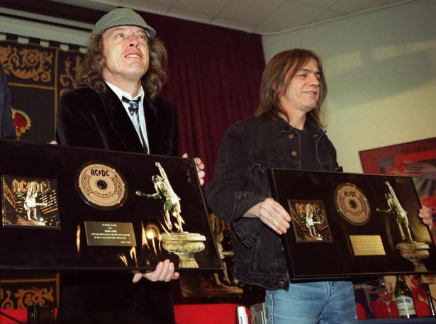 """Malcolm Young (P) z bratem Aungusem (L) podczas prezentacji albumu """"Stiff Upper Lip"""" w 2000 roku."""