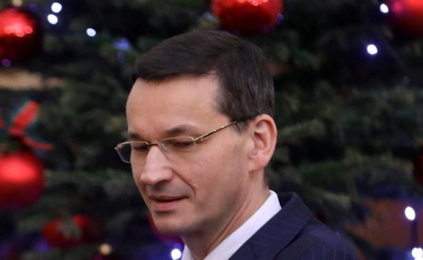"""Święta Bożego Narodzenia to wyjątkowy czas ciepła, radości i nadziei, czas budowania tego, co najważniejsze, życzliwości, bliskości, szacunku - powiedział premier Mateusz Morawiecki. Życzył także """"spełnionej nadziei na lepsze jutro"""". Premier przekazał życzenia w specjalnym filmie zamieszczonym w sobotę na Twitterze Kancelarii Premiera. Prezes Rady Ministrów przytoczył słowa Cypriana Kamila Norwida: """"Jest w moim kraju zwyczaj, że w dzień wigilijny przy wzejściu pierwszej gwiazdy wieczornej na niebie, ludzie gniazda wspólnego łamią chleb biblijny, najtkliwsze przekazując uczucia w tym chlebie"""". Morawiecki podkreślił, że te piękne i mądre słowa Norwida są z nim od siódmego roku życia. """"Są bez względu na to, jak wyglądały nasze rodzinne choinki i jak wyglądało grono najbliższych mi osób łamiących się w Wigilię biblijnym chlebem"""" - powiedział Morawiecki. """"Drodzy państwo, rodacy, dziś pragnę wszystkim w Ojczyźnie oraz Polakom rozsianym po całym świecie złożyć z serca najcieplejsze życzenia z okazji Świąt Bożego Narodzenia. Te święta to wyjątkowy czas, czas ciepła, radości i nadziei. Czas budowania tego, co najważniejsze - życzliwości, bliskości, szacunku. To także czas dobra, które dajemy, które ofiarujemy drugiemu człowiekowi, oby ten czas trwał w nas stale. Niech przy wigilijnym i świątecznym stole opłatek nas ze sobą rzeczywiście połączy"""" - powiedział premier. """"Pragnę wszystkim Polakom złożyć z serca płynące życzenia, żebyśmy wzmacniali więzi rodzinne i przyjacielskie, między rodzicami i dziećmi, razem z babciami i z dziadkami, z siostrami, braćmi i innymi bliskimi. No i niech żadnego dziecka nie zawiedzie Święty Mikołaj, a wszystkim dorosłym życzę spełnionej nadziei na lepsze jutro"""" - powiedział Morawiecki."""