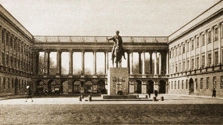 Pomnik księcia Józefa Poniatowskiego przed Pałacem Saskim