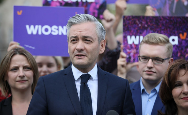 4 lutego 2020 r. przejdzie do polskiej historii jako moment, w którym konstytucja, której prezydent suwerennego demokratycznego kraju powinien bronić, przegrała z legitymacją partyjną - powiedział we wtorek europoseł i kandydat Lewicy na prezydenta Robert Biedroń.