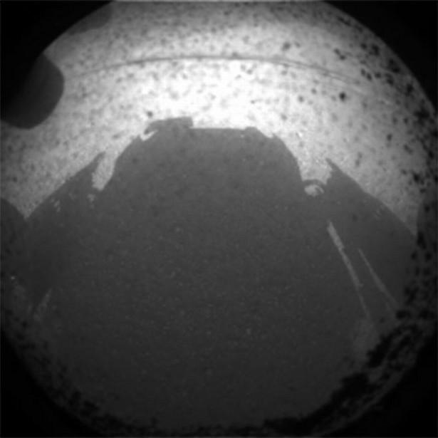 Pierwsze zdjęcie wykonane przez sondę Curiosity na Marsie. Fot. NASA