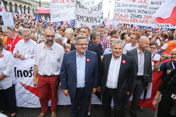 Mateusz Kijowski oraz Bronisław Komorowski i Aleksander Kwaśniewski podczas marszu KOD w Warszawie.
