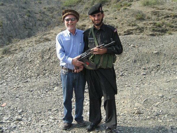 Don Parrish z pakistańskim żołnierzem na przełęczy Khyber, 2006 r.