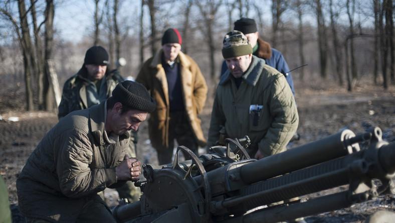 """Ukraina nie wycofuje ciężkiej artylerii z Donbasu. """"Przez separatystów"""""""