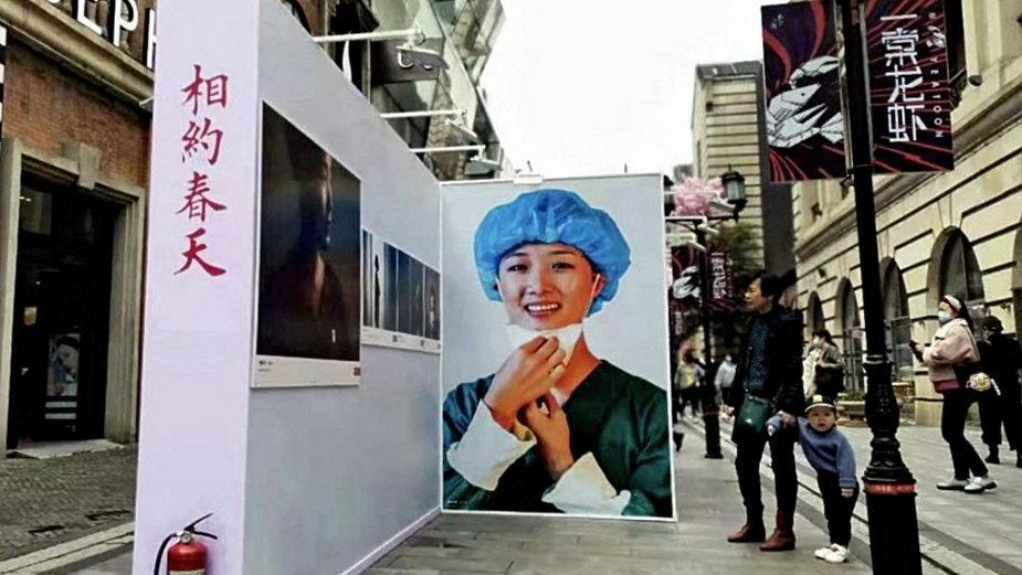 Wystawa zdjęć przedstawiająca lokalnych mieszkańców i personel medyczny podczas blokady z powodu pandemii koronawirusa, Wuhan, Chiny, 8 kwietnia 2021 roku
