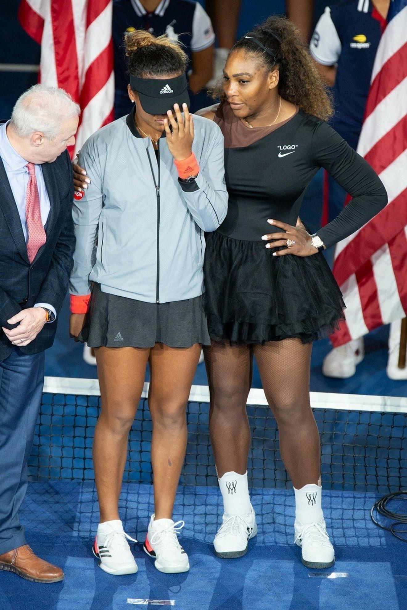 Serena Vilijams i Naomi Osaka na ceremoniji uručenja pehara