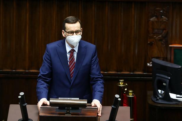 Premier Mateusz Morawiecki na sali obrad,