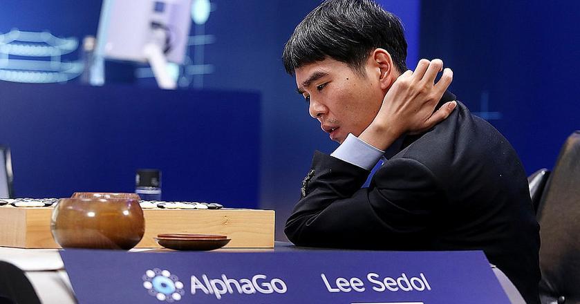Pojedynek AlphaGo i Lee Sedola w marcu 2016 roku. Mistrz gry Go zastanawia się nad kolejnym ruchem
