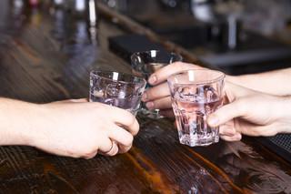 Eksperci alarmują: Prawie 3 mln Polaków pije alkohol ryzykownie lub szkodliwie