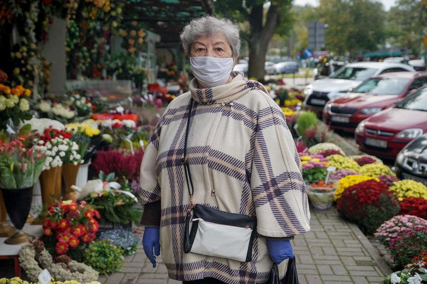 Pani Czesława w tym roku wcześniej odwiedziła groby bliskich.