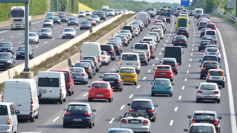 Zalety:- płynny przejazd po sieci autostrad- możliwość wykorzystania obecnie funkcjonującej infrastruktury dla pojazdów ciężkich- niższe koszty rozbudowy (brak konieczności budowania kolejnych placów poboru opłat)- możliwość współpracy systemu z innymi systemami, także europejskimi- brak konieczności wypłaty rekompensat dla koncesjonariuszy- możliwe inne obszary wykorzystania: zarządzanie ruchem, opłata za parking czy wjazd do miastWady:- konieczność szerokiej rozbudowy sieci dystrybucji (nawet dla 5-6 mln nowych użytkowników)- konieczność wyposażenia samochodów w urządzenia pokładowe