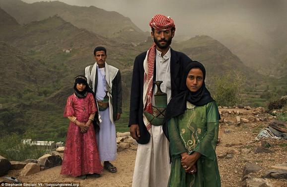 Osmogodišnja Tahani (u prvom planu) sa suprugom Madžedom (27). Njena bivša školska drugarica Gada (pozadi) i njen suprug ispred njihove kuće u Hadži, u Jemenu