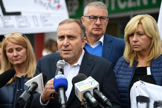 """Schetyna w czwartek na konferencji prasowej w Przemyślu, odnosząc się do środowego postanowienia sądu, powiedział, że oznacza ono, iż """"nie można kłamać w ogóle, nie można kłamać w życiu publicznym, w polityce, nie można kłamać w kampanii wyborczej""""."""