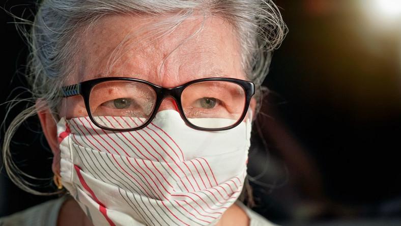 Starsza kobieta w maseczce i okularach