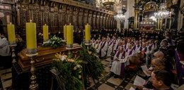 Pogrzeb biskupa Tadeusza Pieronka. Wierni modlili się na Wawelu
