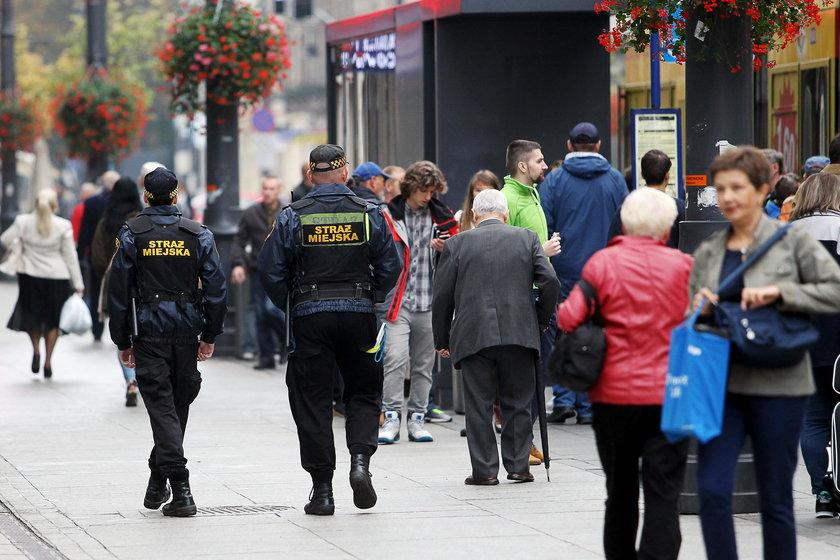 Katowice. Prezydent Katowic Marcin Krupa daje nagrody dla strażników