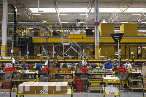 Będzie fala zwolnień w polskim Amazonie? Pierwsi pracownicy już odchodzą Polscy pracownicy nowo otwartych centrów dystrybucyjnych Amazona mogą nie dać sobie rady z wymaganiami ich amerykańskiego pracodawcy. Urząd Pracy we Wrocławiu już szykuje się na falę zwolnień.