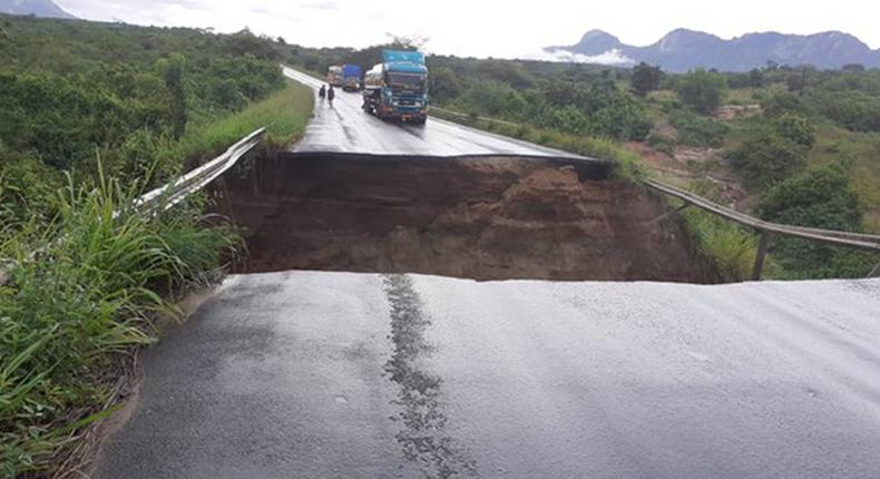 A bridge in Dumila, on Morogoro– Dodoma highway was washed away by floods on Monday bringing  transport to a standstill. (Twitter/rbarwanda)